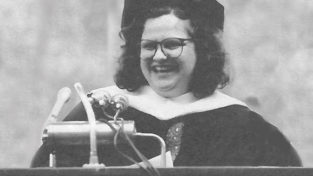 Wendy Wasserstein '71 delivering the 1990 Commencement address